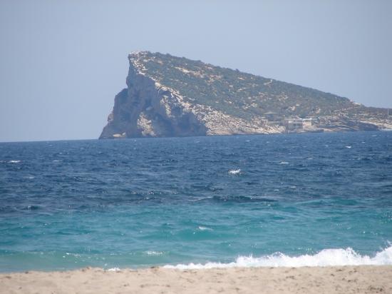 Insula Benidorm fotografiată de pe plaja Poniente .