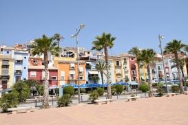Villajoyosa , casele colorate de pe marginea falezei.